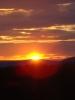 Аллело небо на закате, лучами солнца золотясь